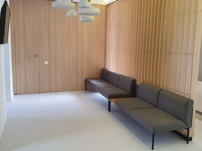 sofa minimalista zona asteptare